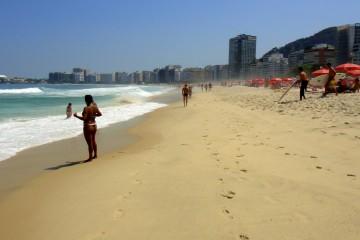 Brésilienne en string sur la plage de Copacabana