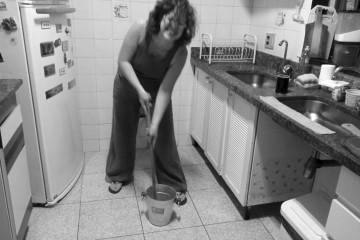 Aude préparant la Caipirinha avec Michel