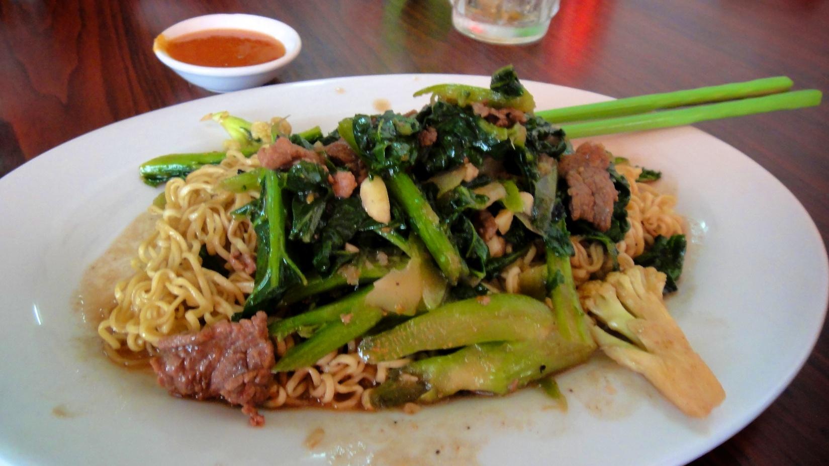 Assiette de nouilles noodles et ses l gumes craquants - Assiette de cuisine ...