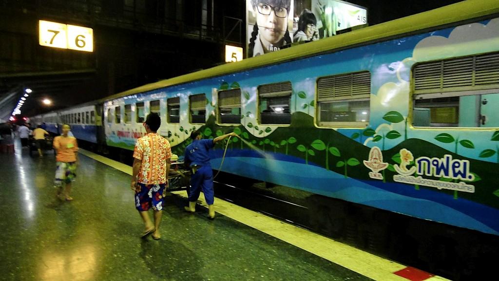 Toilette du train express avant le départ à 5h55 vers Aranyaprathet
