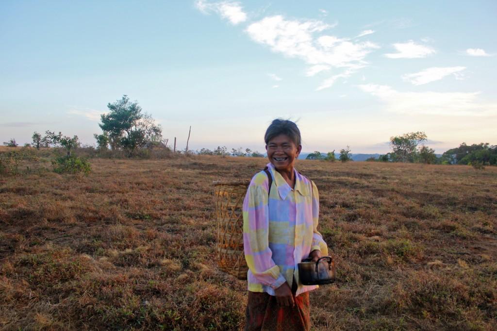Femme phnong allant chercher de l'eau à la rivière avec son panier typique sur le dos