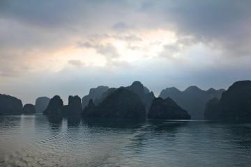 Nous découvrons enfin les centaines d'îles illuminées par le soleil levant