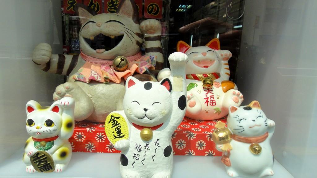 Maneki-neko (ou Lucky Cat) invitant les clients à entrer dans les boutiques et restaurants japonais