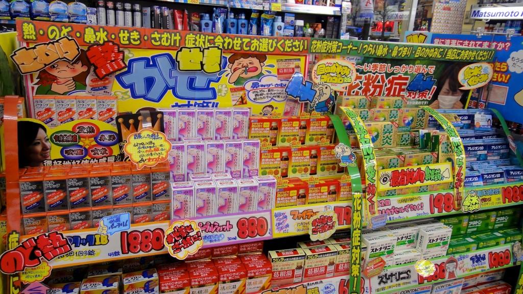 Rayon des médicaments en vente libre d'une pharmacie à Tokyo