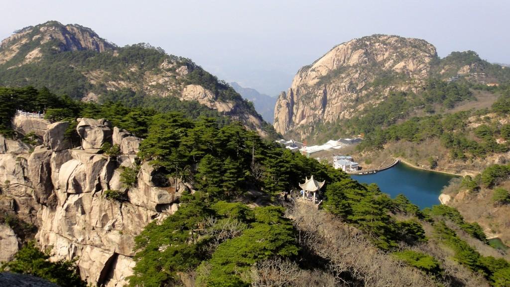 Au loin certains des hôtels dans la montagne
