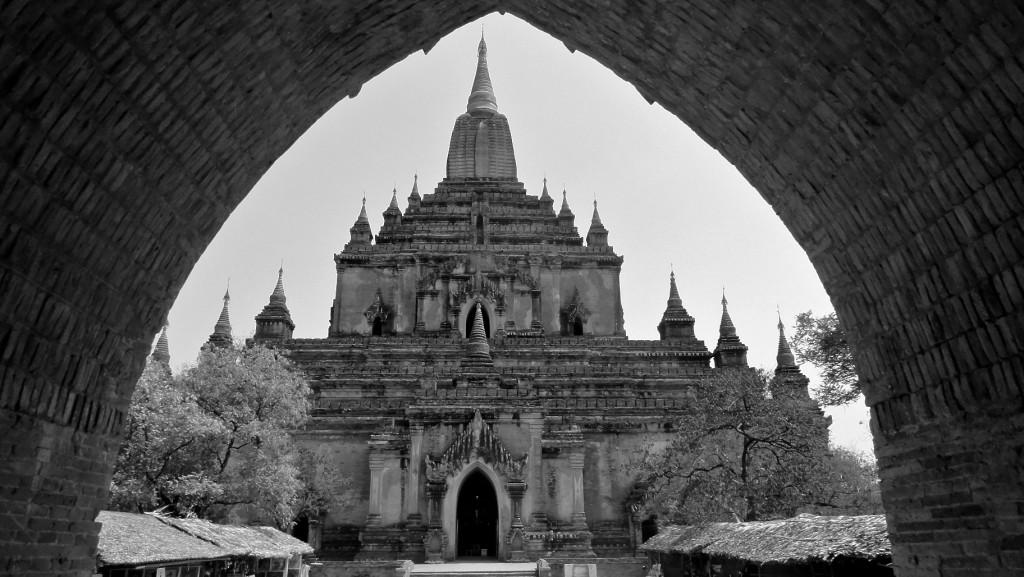 Devant l'entré du temple Sulamani