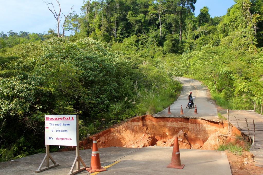 Le panneau nous informe que la route présente un petit problème ! Comme si on ne l'avait pas vu !