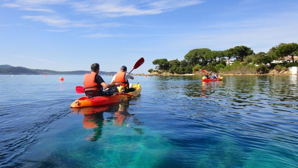 En kayak, sur les eaux turquoises de la Corse