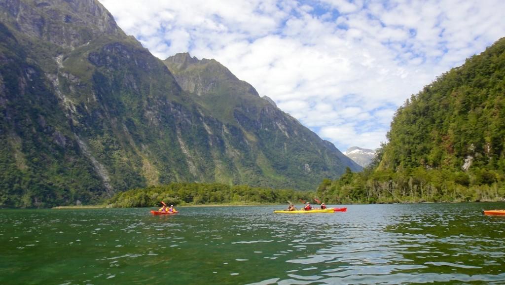 Tout petit en kayak au fond des Milford Sound