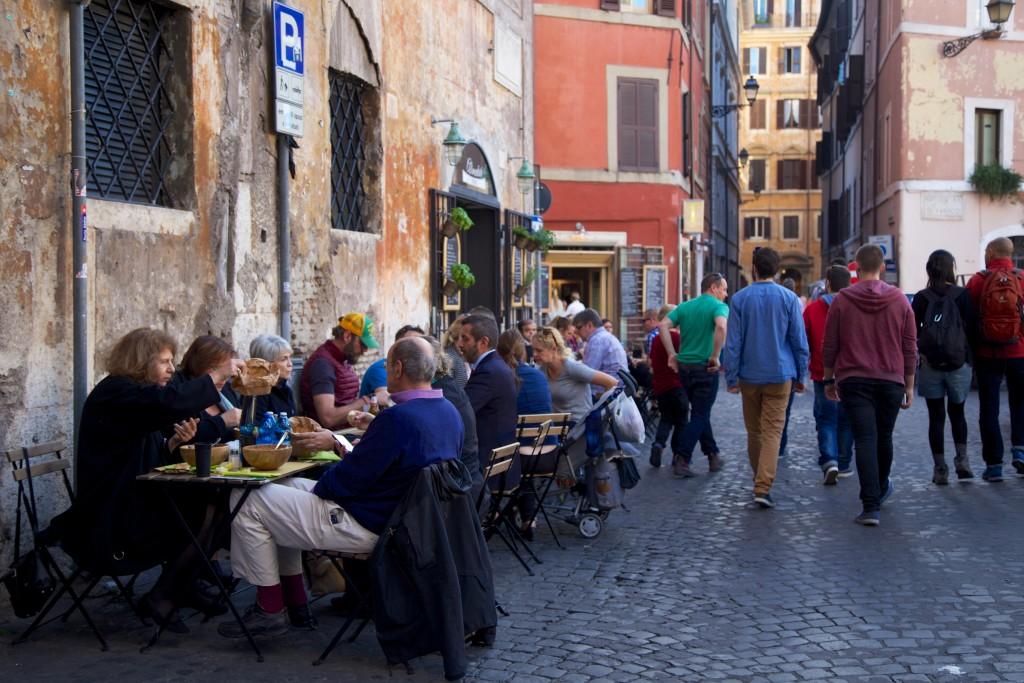 Terrasse dans une ruelle de la capitale italienne