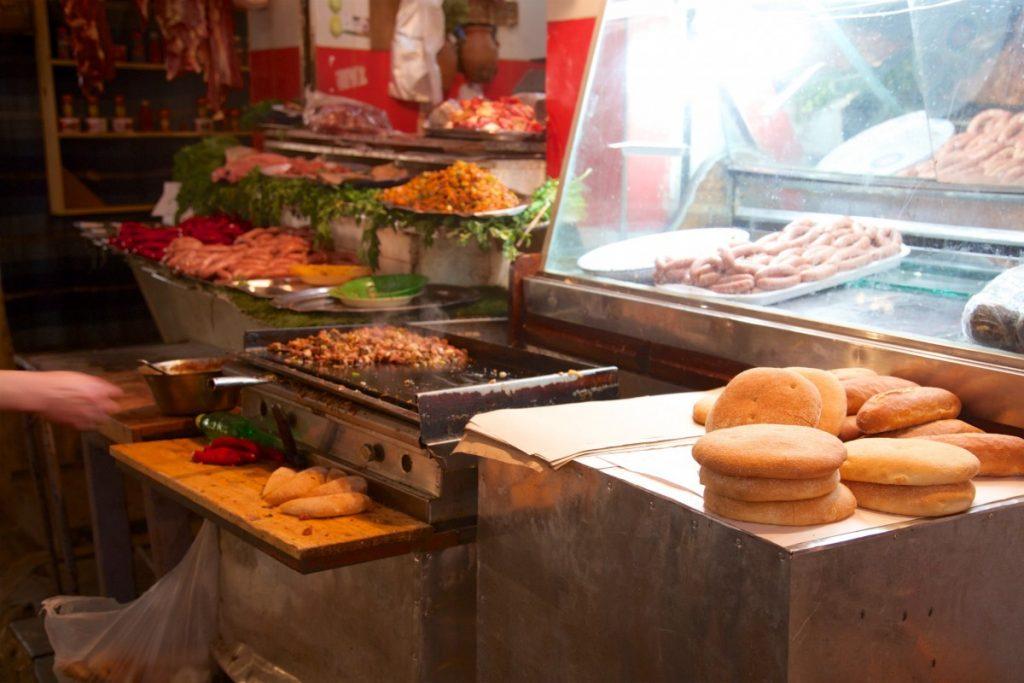 Sandwich marocain au marché Guezzarine, nombre de brochettes en fonction de votre appétit