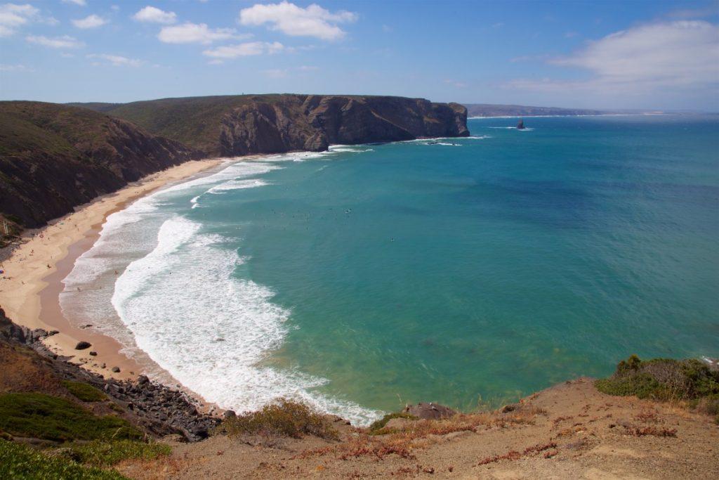 Plage de Arrifana et ses centaines de surfeurs