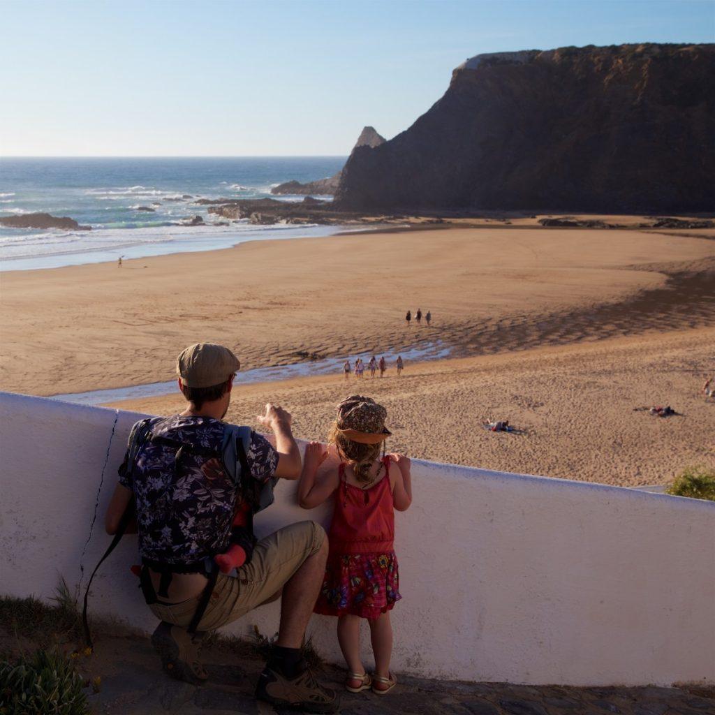 Nico et mini-baroudeuse en contemplation devant la plage d'Odeceixe